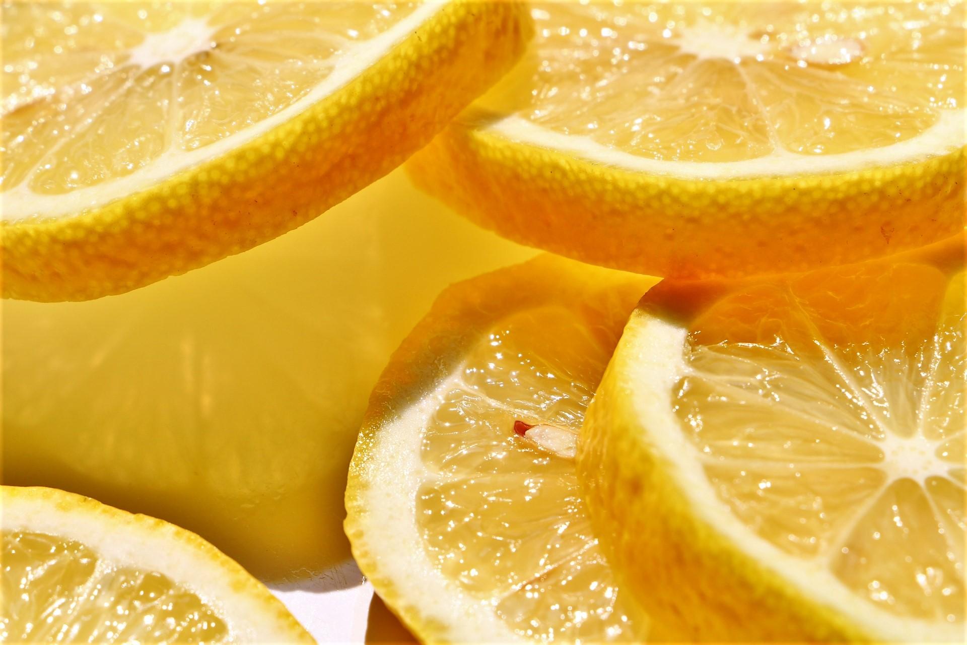 牡蠣にレモンをけかると